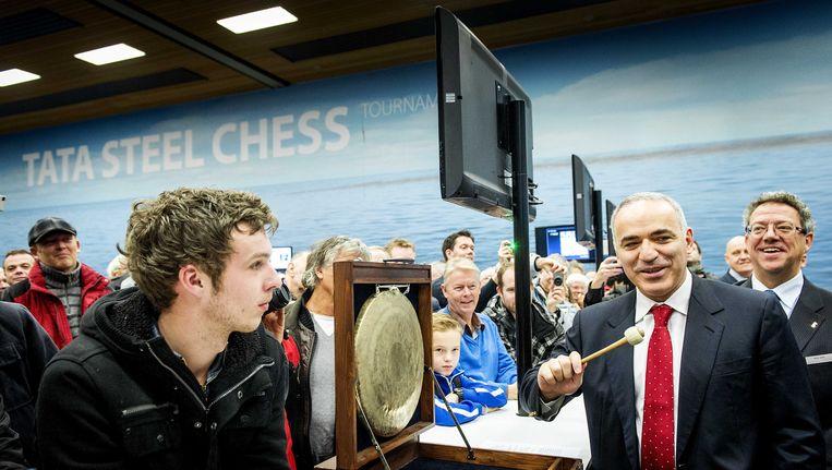 Voormalig wereldkampioen schaken Garri Kasparov (2de van rechts) opent met een gongslag een speelronde op het Tata Steel Chess Tournament. Beeld anp
