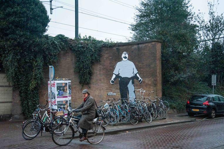 De Dokwerker op de kruising van de Insulindeweg en de Celebesstraat in Amsterdam-Oost, vlak bij station Muiderpoort. Beeld Kamp Seedorf