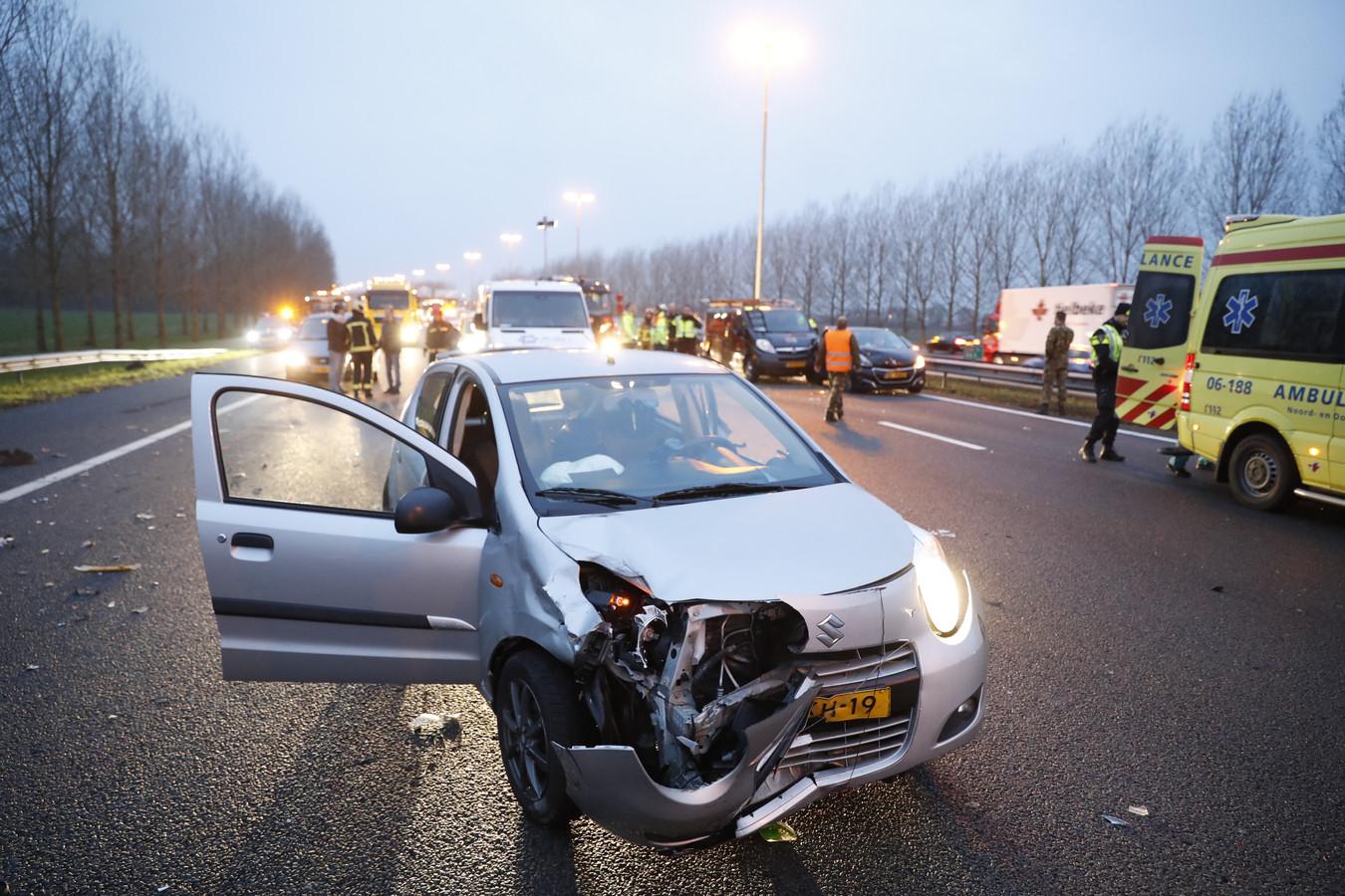 De A28 werd volledig afgesloten na het ongeluk bij Hattemerbroek.