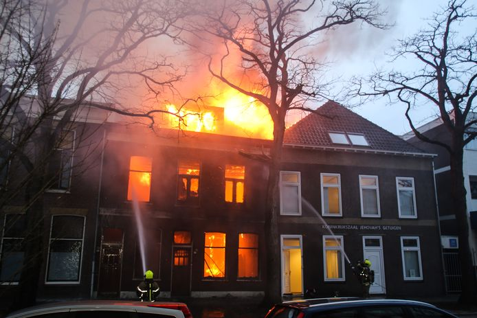Een flinke brand in een pand aan de Dubbeldamseweg Noord in Dordrecht in februari 2020.