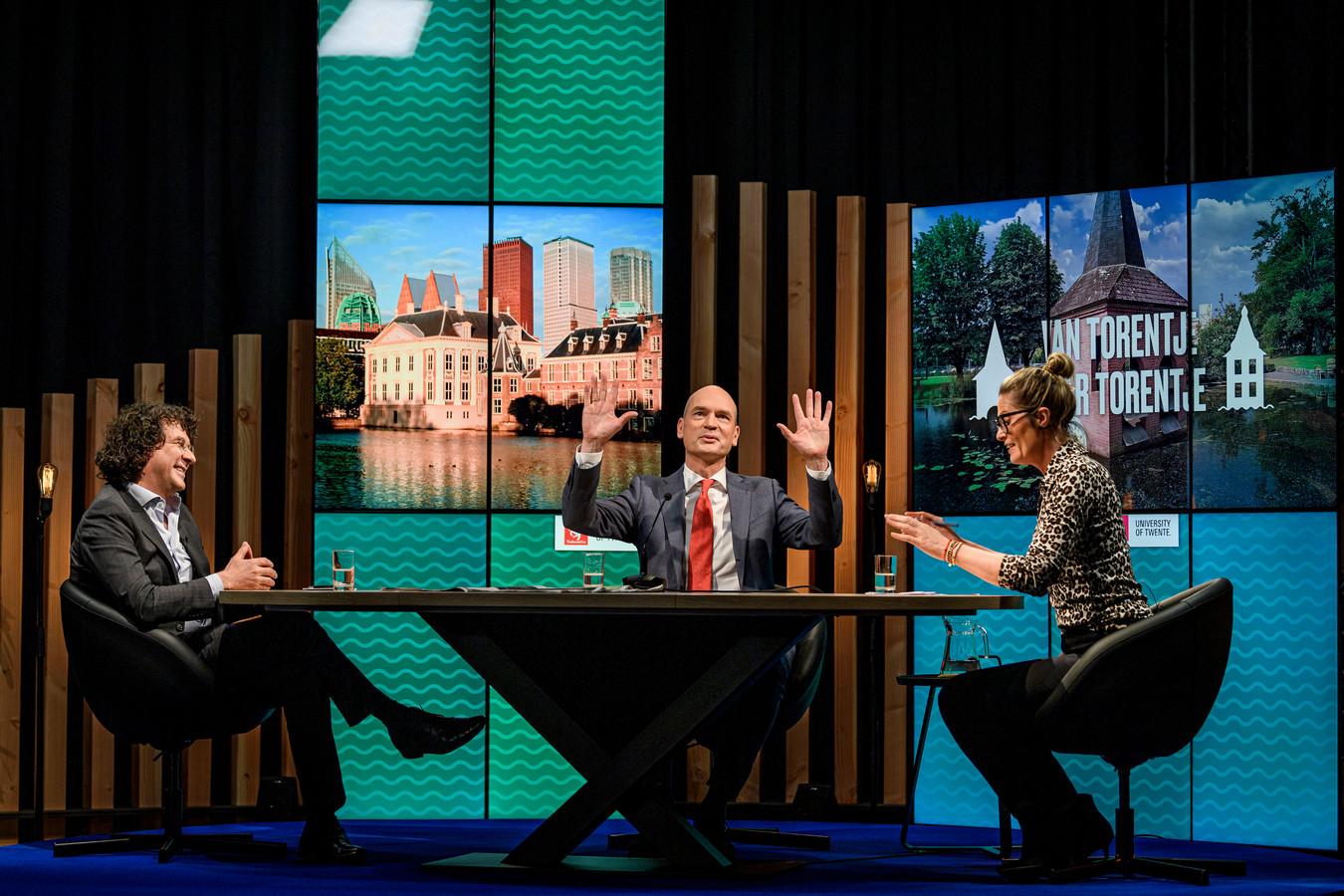 Van links naar rechts: interviewer Peter-Paul Verbeek (Universiteit Twente), ChristenUnie-lijsttrekker Gert-Jan Segers en mede-presentator Martha Riemsma (De Twentsche Courant Tubantia).