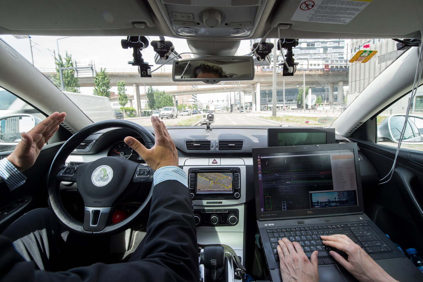 Bij deze proef zijn camera's en sensoren duidelijk zichtbaar. De tientallen sensoren in moderne auto's zijn vrijwel onzichtbaar en leveren steeds meer data over de toestand van de auto, het verkeer én de weg.