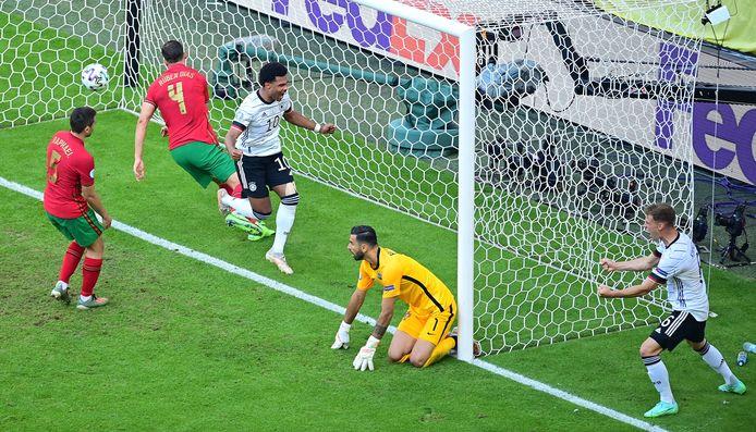 1-2: Raphael Guerreiro scoort een eigen doelpunt.