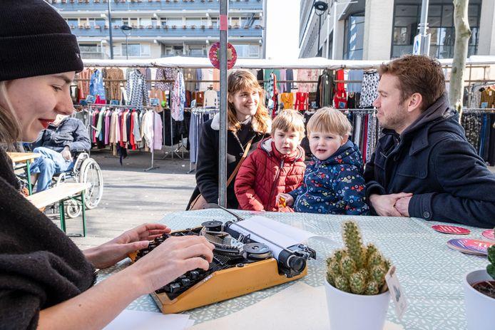 'Literatuur op maat' op de zaterdagmarkt tijdens het evenement Straat op Tilt in Tilburg.