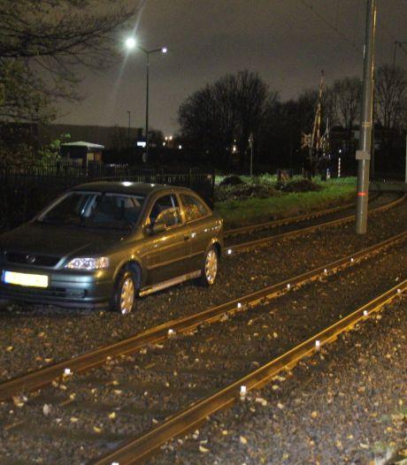 Oudere man neemt verkeerde afslag en komt op Rijswijkse trambaan terecht, politie neemt rijbewijs af