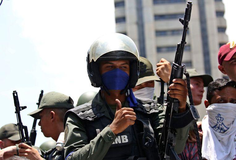 Een soldaat die de kant van oppositieleider Guaido koos. Beeld REUTERS