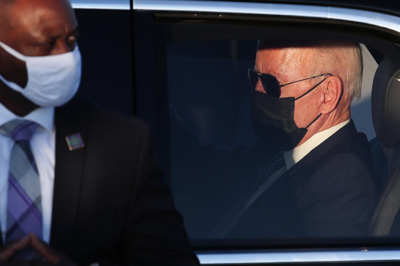 President Joe Biden neemt plaats in 'The Beast' kort na zijn aankomst in Melsbroek.