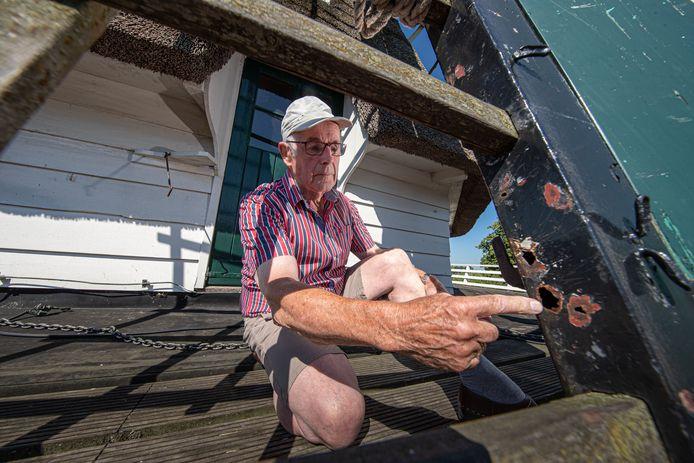 Molenaar Gerrit Boom laat de roestplekken zien op de roeden van molen De Valk in Zalk.