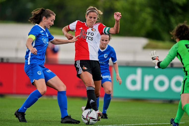 Pia Rijsdijk in actie tijdens een oefenduel van de Feyenoord-vrouwen tegen KRC Genk.  Beeld Tom Bode