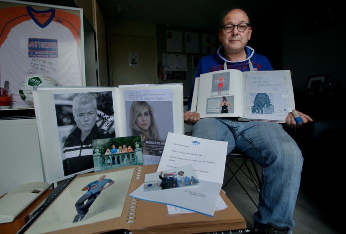 Ad van der Linden toont zijn verzamelalbums met beroemde handtekeningen.