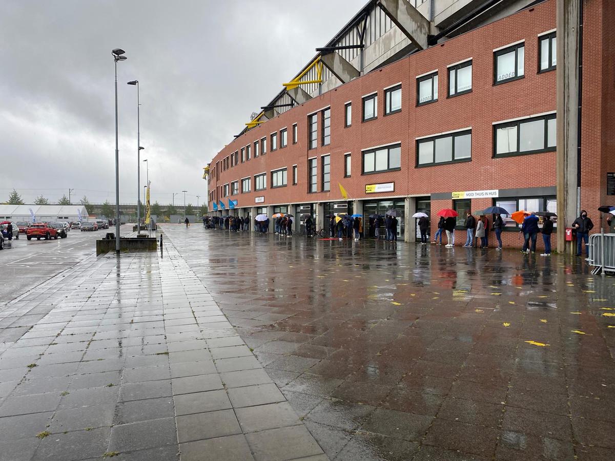 De rij voor de testlocatie bij het Rat Verlegh Stadion.