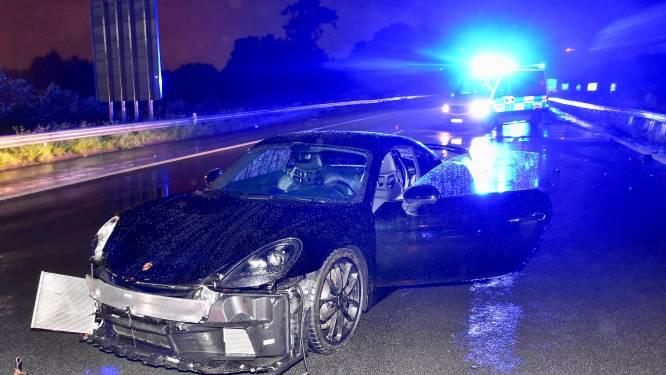 Porsche van 134.000 euro slipt door aquaplaning en belandt tegen vangrail: vader en kind ongedeerd