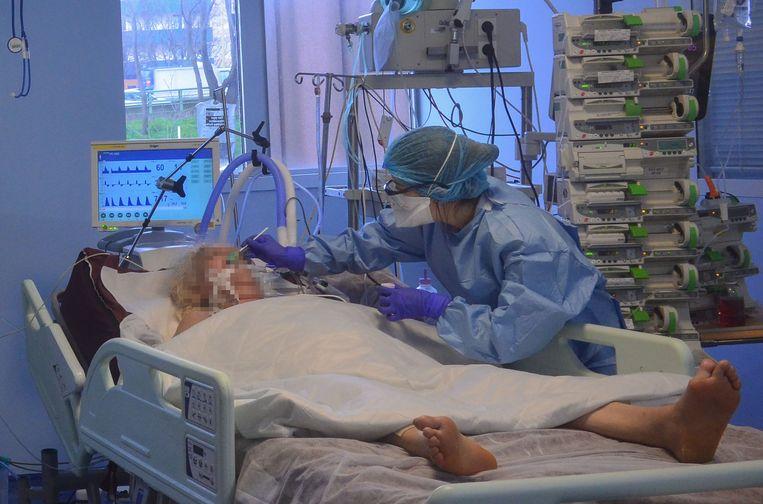 Een patiënt aan de beademing in Parijs in het hopital Bichat Assistence Publique. Beeld AFP