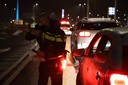 Politecontrole in Waalwijk nadat de avondklok is ingegaan.