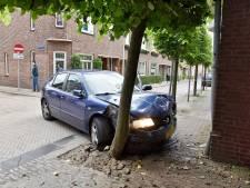 Postbezorger op onbewaakt moment beroofd van auto vlák achter politiebureau Tilburg: agent ziet alles gebeuren