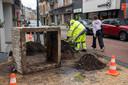 Een zware bloembak op de hoek van de Florimond Leirensstraat en de Hekkerstraat is gekanteld.
