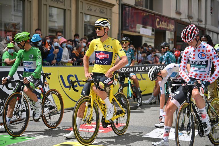 Mathieu van der Poel, in het geel, met rechts naast hem Ide Schelling in de bolletjestrui: twee Nederlanders die de Tour de France bijna letterlijk kleuren. Beeld Belga