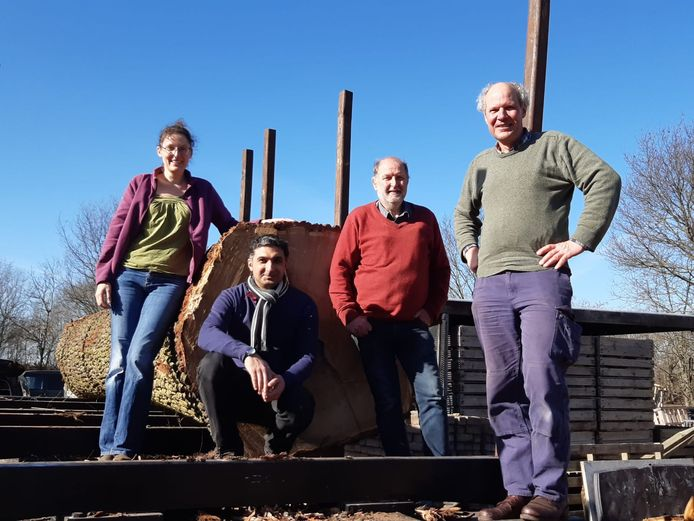 Scheepsbouwers Alexander de Vos en Wouter Schalk samen met timmerman Abdulkader Shafiq en archeoloog Yardeni Vorst (vrnl) bij de eiken stam voor de Zwammerdam 3.