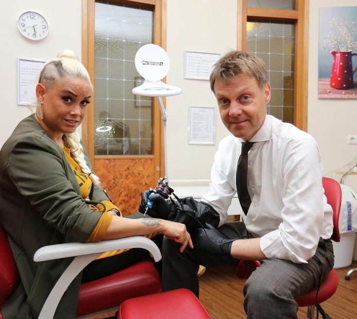 Rebecca Leidelmeijer (l) en Humanitas bestuursvoorzitter Gijsbert van Herk. De tattoo-shop wordt vrijdag officieel geopend.