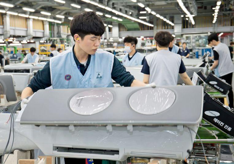 Arbeiders in de Samsung-fabriek. De komende drie jaar wil het Koreaanse conglomeraat voor 175 miljard euro investeren. Beeld Samsung