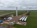 Peace, staat er op de - vanaf de IJssel gerekend - laatste windturbine. Jan van Werven heeft bewust gekozen voor een liefdevolle boodschap, in plaats van reclame.