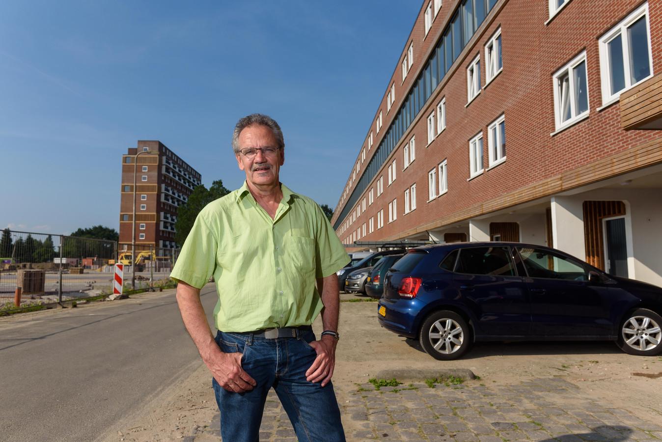 Vincent Mulder bij de flat aan de Jan Voermanstraat, die door Welbions is verkocht aan een belegger.