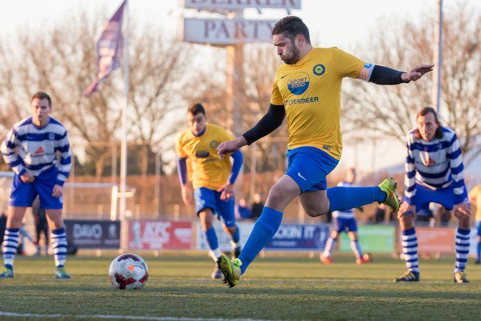 Bodegraver Moussa Kalisse legt aan vanaf elf meter namens FC Zoetermeer. Een van de tien clubs die hij sinds zijn debuut als profvoetballer diende. Na drie seizoenen verlaat hij komende zomer CVC Reeuwijk.
