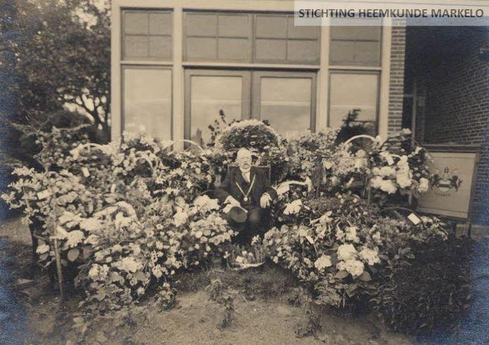 Burgemeester Baron Taets van Amerongen Natewisch in een bloemenzee ter ere van zijn 25-jarig ambtsjubileum.