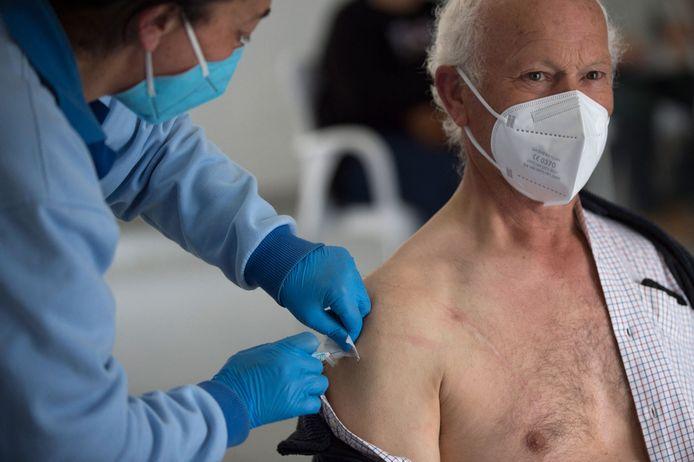 Illustratiebeeld. Een man ontvangt een prik met het Jannsen-vaccin.