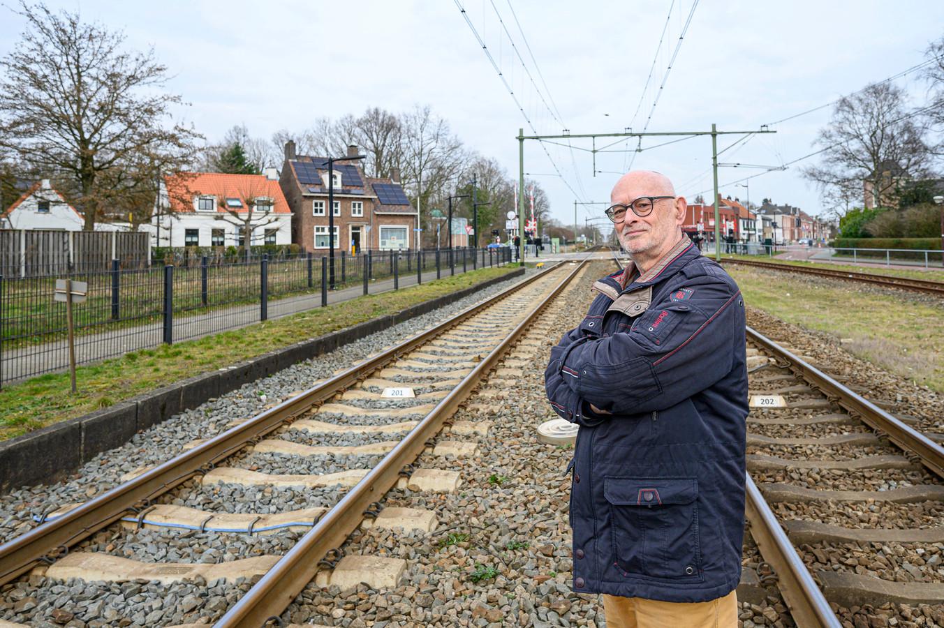 Gabriël van der Heijde, hier op de oversteek van het station in Oudenbosch, hoopt dat het einde in zicht is voor het goederenvervoer door dorpskernen.