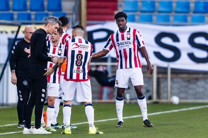 Willem Weijs overlegt met Pol Llonch (nr 8) tijdens Willem II - ADO Den Haag (1-1).
