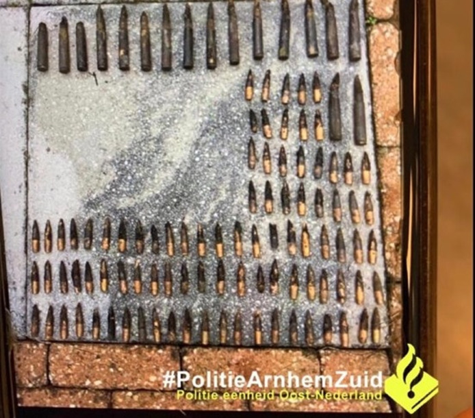 De fosforpatronen die de 12-jarige magneetvissers in Arnhem-Zuid boven water haalden.