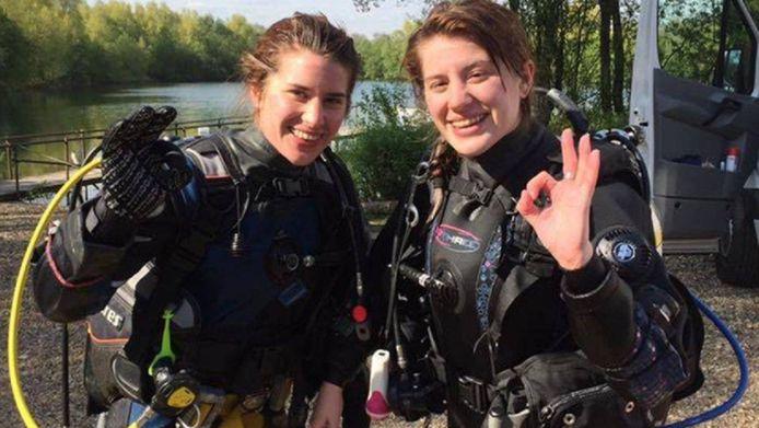Melissa Laurie (links) werd gered door haar tweelingzus, Georgia.