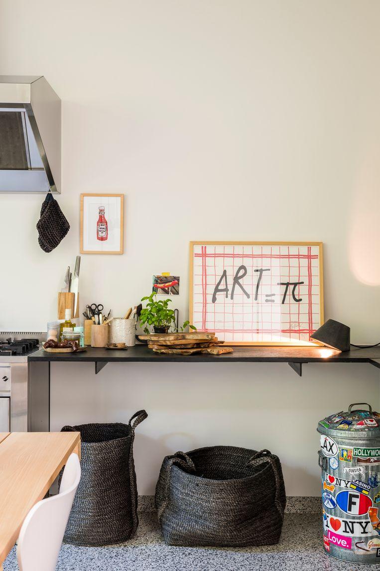 Het keukenblad van Van Den Weghe werd rijkelijk gevuld met kunst van Bruneau, snijplanken uit Bali en keramiek van de Portugese Bela Silva.   Beeld Luc Roymans