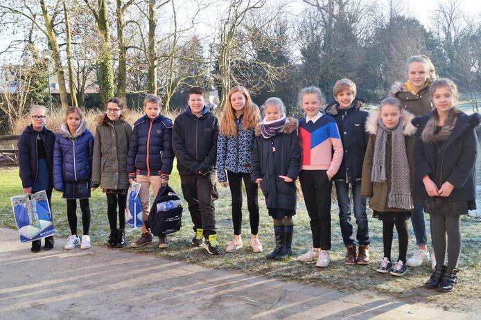 Dertien kinderen (eentje was verontschuldigd voor de prijsuitreiking) vielen in de prijzen op de Junior Journalist-wedstrijd van het Davidsfonds in Tielt. De hoofdprijs ging naar Imano Van Ooteghem (vijfde van links)