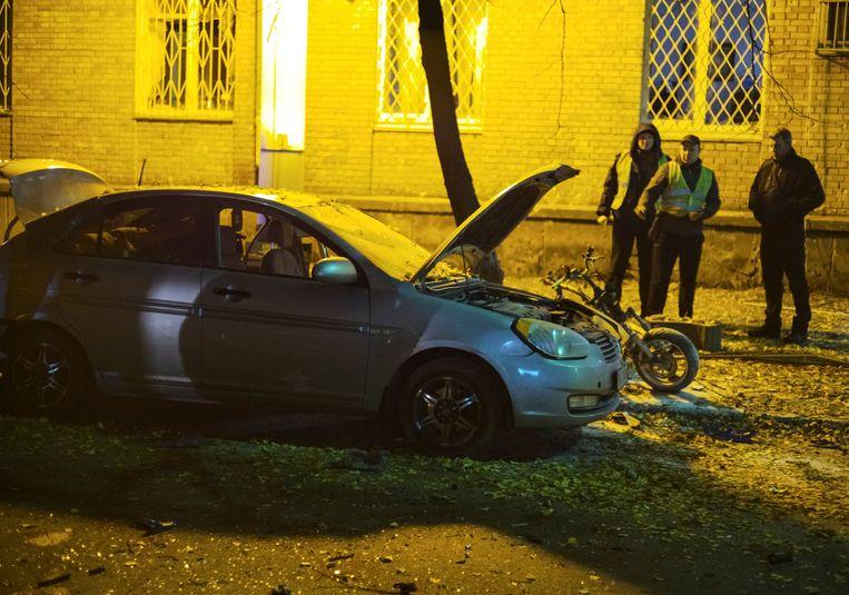 De politie onderzoekt de plek waar een auto in het centrum van Kiev explodeerde. Beeld reuters