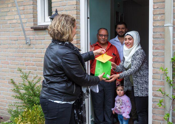 Femke Wetzer van Vluchtelingenwerk deelt bij de familie Musti cadeautjes uit in ramadan-tijd.