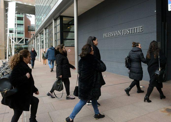 De familie van Cahit Kilic was gisteren met veel leden aanwezig in de rechtbank. In groepjes druppelden ze binnen bij de rechtbank in Den Haag.