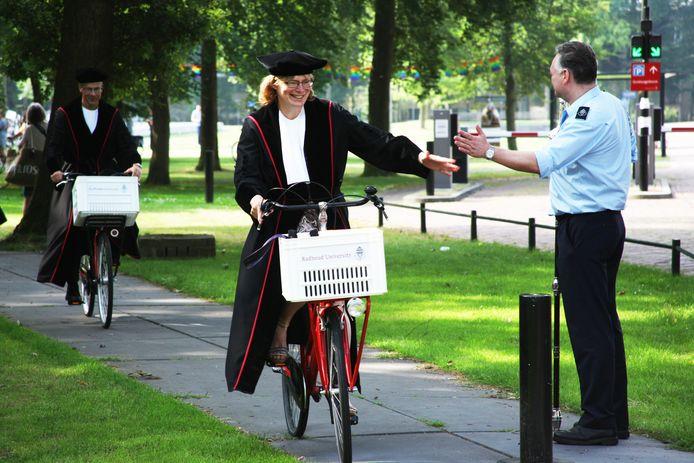 Professoren van de Radboud Universiteit gaan fietsend op weg naar een kleine veertig basisscholen.