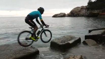 Trialbiker test zijn stalen ros van nieuwe sponsor uit aan zee of is het ín de zee?
