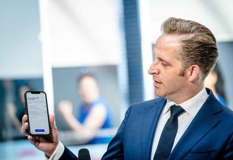 Minister Hugo de Jonge van Volksgezondheid, Welzijn en Sport start symbolisch een update van de CoronaCheck-app. De update maakt het mogelijk om een vaccinatiebewijs op te halen.  Beeld ANP