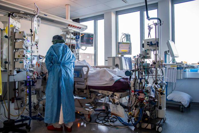 Avec plus de 900 patients Covid en soins intensifs, la pression sur les hôpitaux reste très lourde.