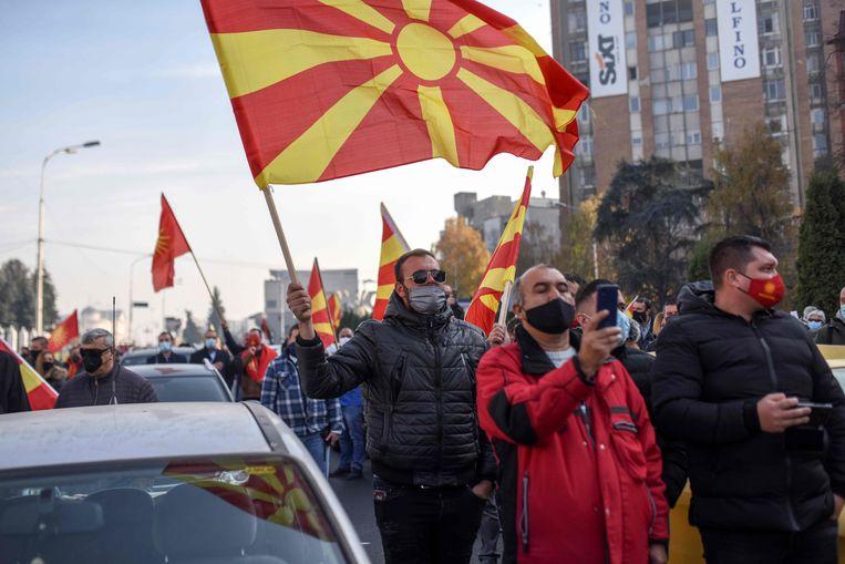 Betogers in de Noord-Macedonische hoofdstad Skopje protesten tegen de welwillende opstelling van premier Zoran Zaev tegenover buurland Bulgarije. Beeld AFP