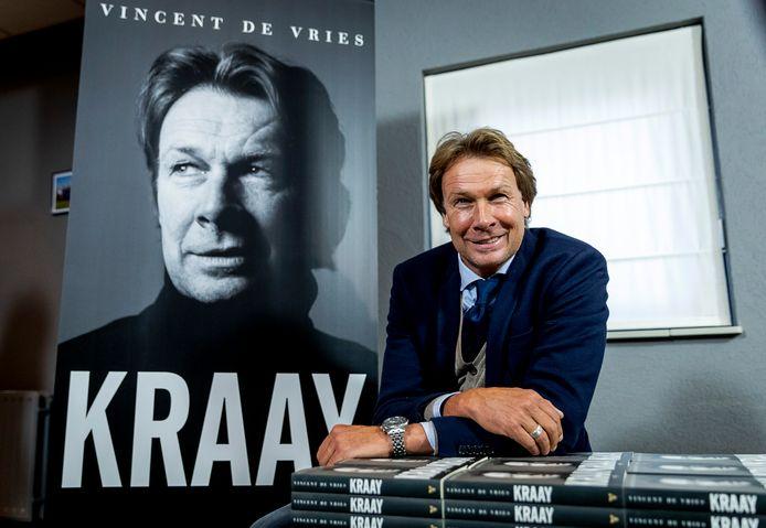 Hans Kraay jr. op archiefbeeld bij de presentatie van zijn boek in de kantine van voetbalvereniging FC Lienden.