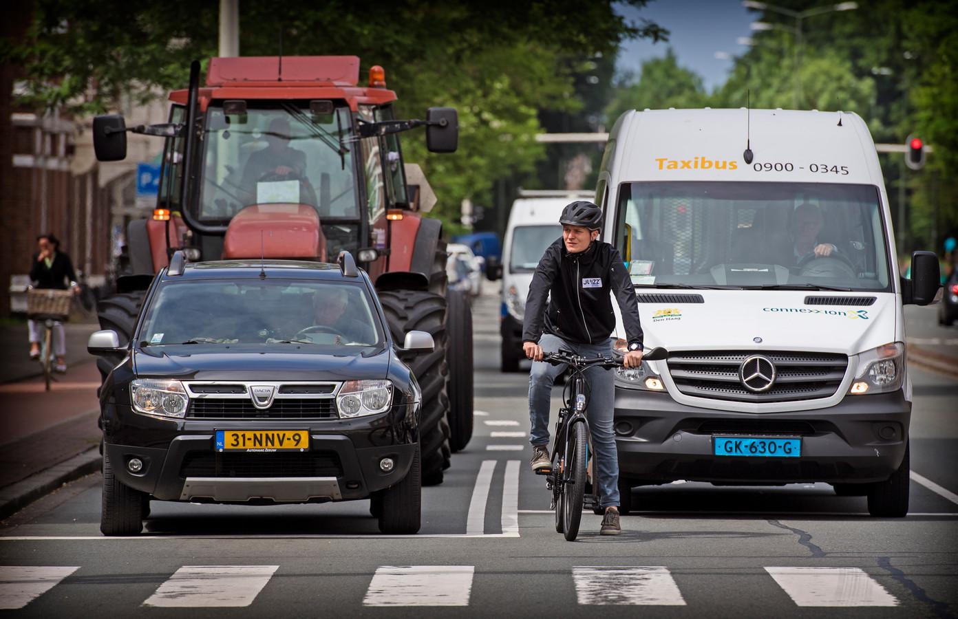 Een fietser op een speed e-bike oftewel een pedelec neemt deel aan het verkeer.