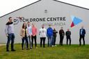 Leerlingen van Avans Hogeschool Breda met de drone voor hun minor-project waarmee ze kunnen trainen bij het Dutch Drone Centre op Aviolanda in Hoogerheide.
