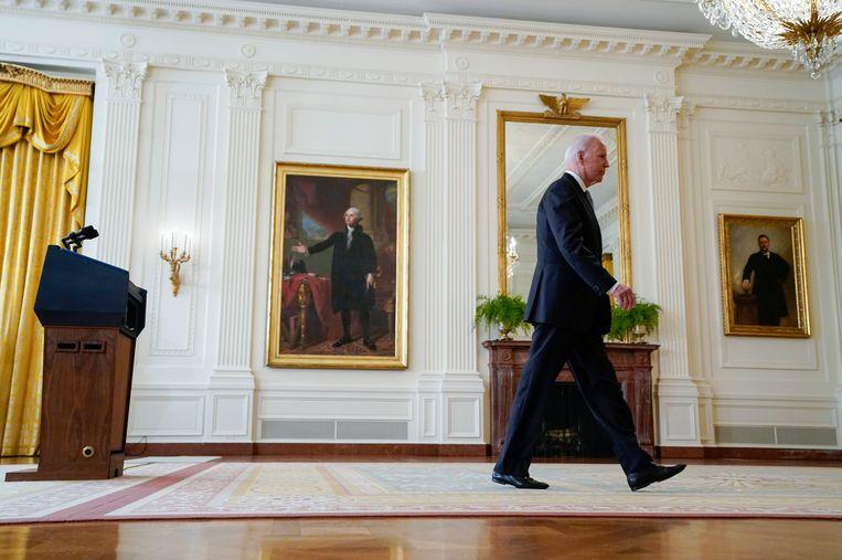 De Amerikaanse president Joe Biden verlaat het podium na de persconferentie in het Witte Huis over de situatie in Afghanistan, 16 augustus 2021. Beeld AP