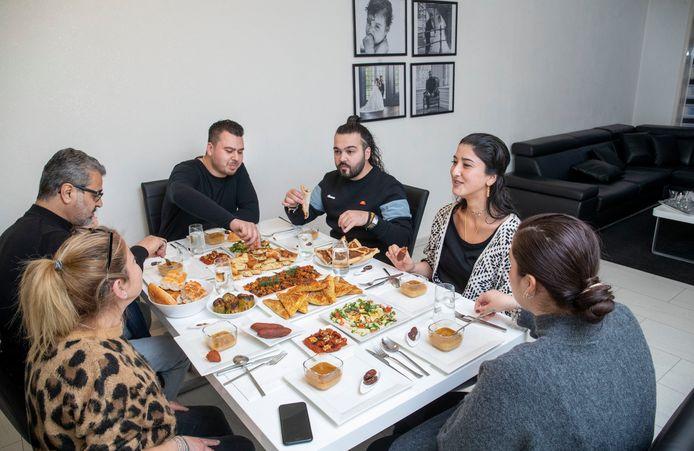 Familie Tozkansever aan de iftar, de eerste maaltijd die moslims eten tijdens de ramandan na zonsondergang.