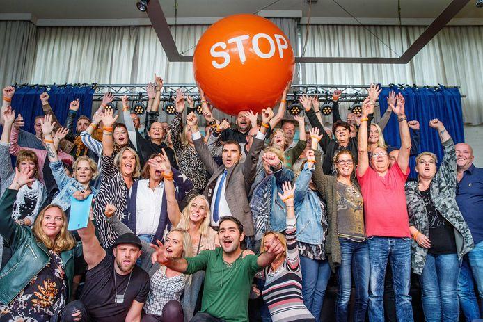 Staatssecretaris Paul Blokhuis bezocht twee jaar geleden de eerste editie van het Stoptoberhuis, waarin vijftig rokers zich in een 'Big Brother'-achtige setting lieten opsluiten. Vorig jaar was de tweede editie, dit jaar zou er een coronaproof-editie plaatsvinden met 25 rokers, onder wie Bert uit Ermelo en Renate uit Steenwijk. Door negatieve coronacijfers is het project afgeblazen.