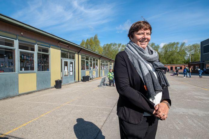 BLAASVELD: De Sint-Jorisschool in Blaasveld krijgt van de Vlaamse overheid €1.2 miljoen subsidies om de prefabgebouwen te vervangen door een nieuwbouw. Directeur Myriam Van Aken poseert bij de gebouwen